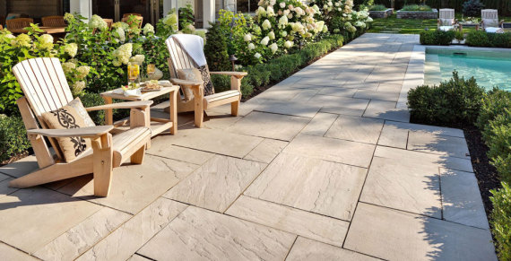 suelo de piedra natural en jardin